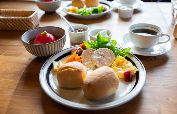 麻美子さんお手製の朝食はサラダ、トースト、ヨーグルトなど。旬を迎えたトマトを丸ごと使ったスープが絶品。コーヒーと紅茶もたっぷり用意してもらえたので、遠慮なくおかわりもできる。