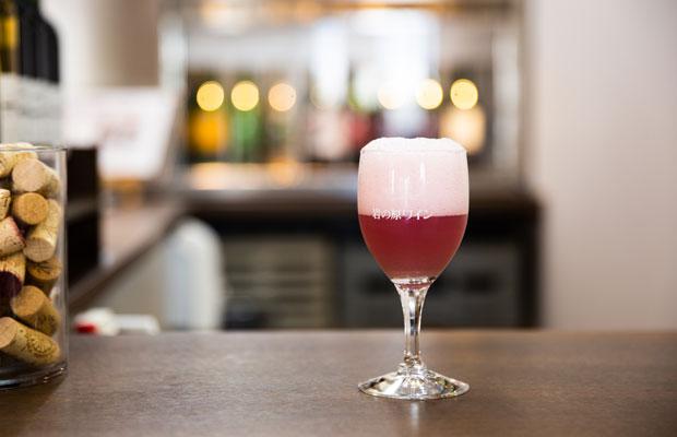 一般に流通していない発酵途中の赤ちゃんワイン「ペルレ」。30ミリリットル400円で試飲できる。