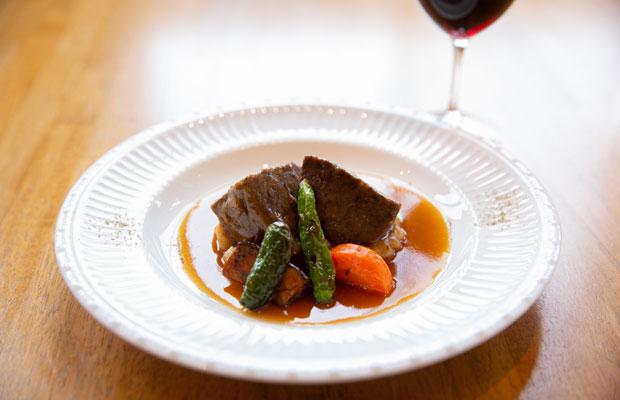 赤ワイン〈善〉で煮込んだ「和牛ほほ肉の赤ワイン煮」(単品1800円、ランチコース3200円ともに税別)。
