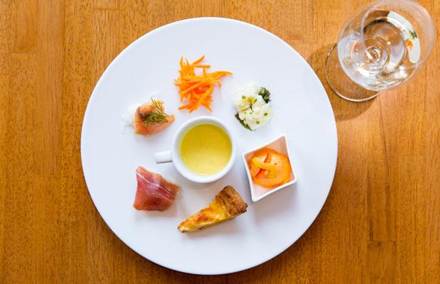コースの前菜盛り合わせも地の食材を主に使用。