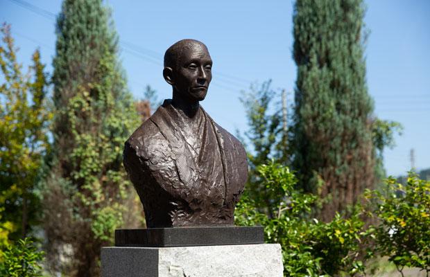 """創業者で""""日本ワインぶどうの父""""と称される川上善兵衛の銅像。"""