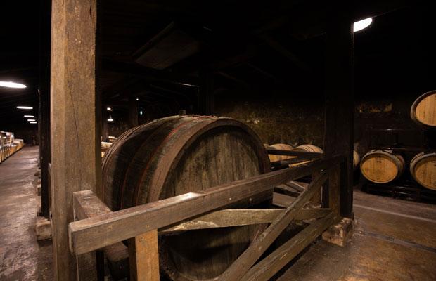第二号石蔵に保存されている当時の樽。岩の原葡萄園では、ビール樽工場から技術を導入し、1892(明治25)年には6人の樽工で大小2種類のワイン用木樽を製造していた。1937(昭和12)年にはウイスキー用木樽の製造も開始。ワイン、ウイスキー共に日本最古の樽製造所でもあった。