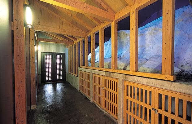 第二号石蔵に当初併設されていた雪室を、2005年に再建して復活させた。4~10月に公開。(写真提供:岩の原葡萄園)