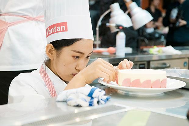 土台の装飾に集中するレコールバンタン高等部大阪校「etoile」の鈴木妃菜さん。