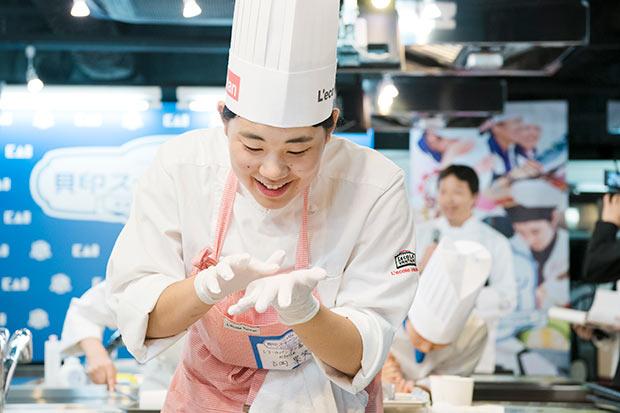 手のひらでマジパン加工するレコールバンタン高等部大阪校「etoile」吉岡果笑さん。