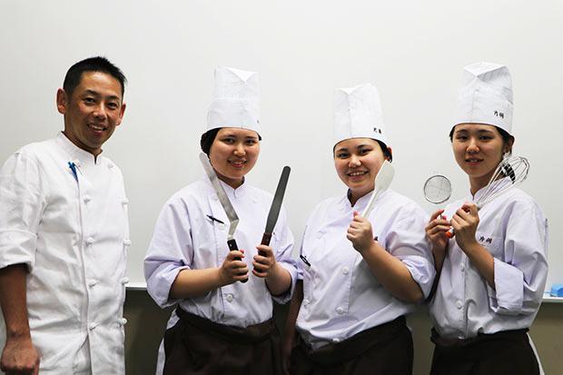 (左から)林田英二先生、永末優華さん、近藤愛華さん、片桐野慧さん。