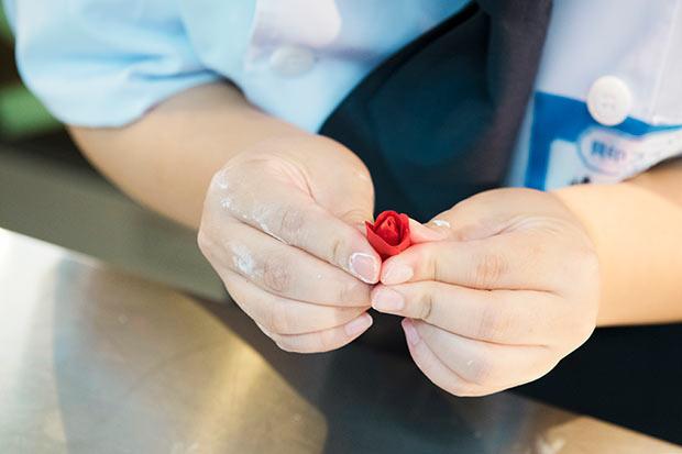 バラの飾りひとつを1分半以内でつくるという細かい制約をつけて練習した。