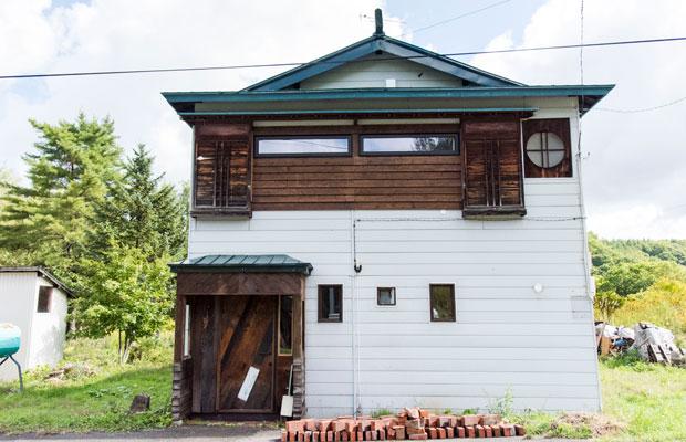 築60年以上とみられる古い家を改修した〈マルマド舎〉。2階の丸い窓からその名が。