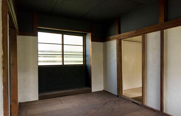 来年の春からはゲストハウスとしてオープン。床もはがして張り直しました。