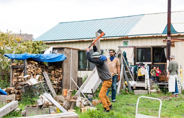 薪ストーブなので薪割りも重要な仕事。津留崎さんも体験させてもらいました。最初は難しい! けれど、コツをつかむとうまくいくようです。