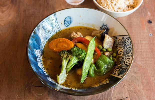 地元の野菜がたっぷり、彩りも鮮やかな「スープカリィ」(900円)。
