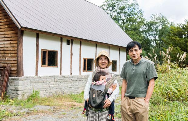 來嶋さんと中川達也さん。新店舗も完成間近。屋根は、札幌の時計台などでも使われている菱葺き屋根という工法。さすがにこれは職人さんにお願いしたそう。