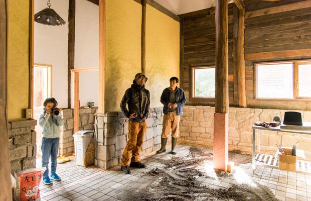 工事中の新店舗を特別に見せてもらいました。建築関係の仕事をする津留崎鎮生さんも興味津々。