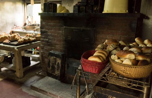薪を使って焼き上げるレンガづくりの窯も達也さんがつくったもの。コッペパンはプレーン、豆、レーズン、くるみ、ごま、あんぱんなどのほか、食パンも。