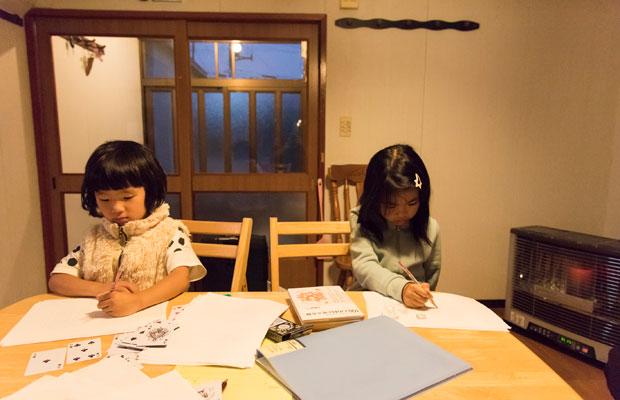 取材チームが宿泊したゲストハウスで子どもたちは一緒にお絵描き。