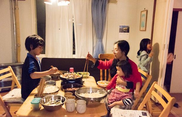 みんなでジンギスカン鍋を囲みます。