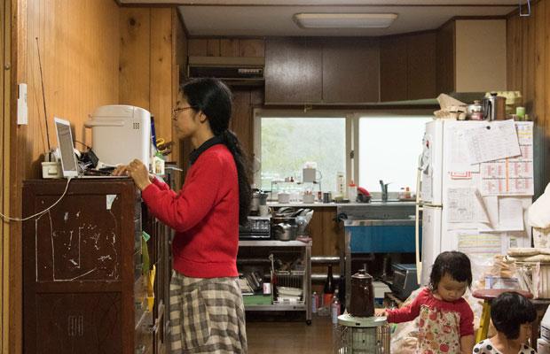 來嶋さんの仕事のスタイル。原稿はできるだけ手書き、パソコン作業は立ったまま!