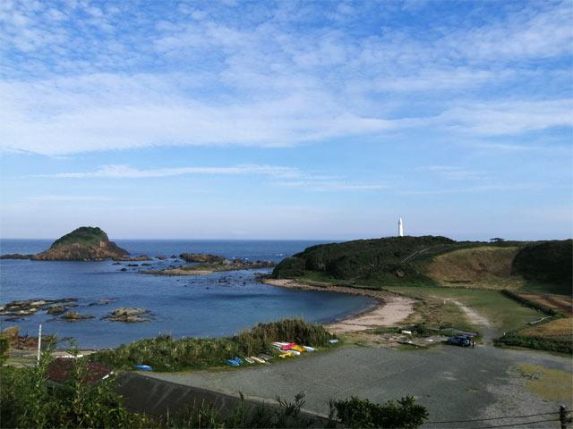 下田の海。遠くには灯台が