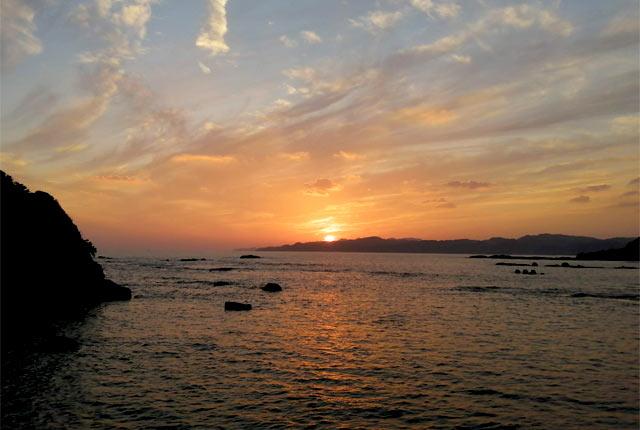 夕日が海に沈む