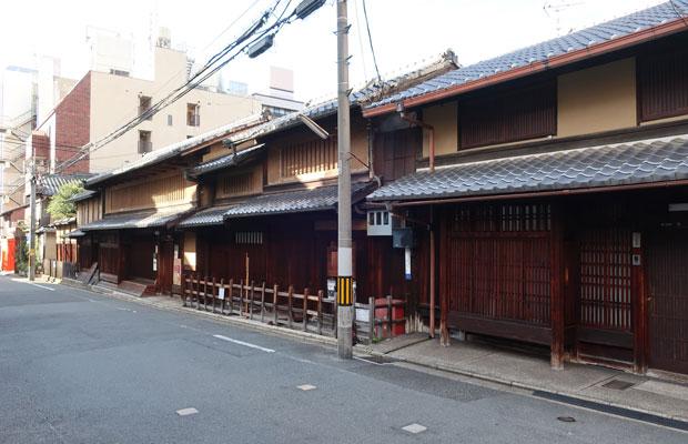 京町家の古い様式。2階部分の開口部が虫籠窓(漆喰や土壁で塗り回された縦の格子)のスタイルになっている。