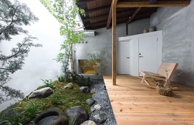 アフター:不要な水周りを撤去して庭と縁側を再整備。一部の石やつくばいは再利用。(撮影:松村康平)