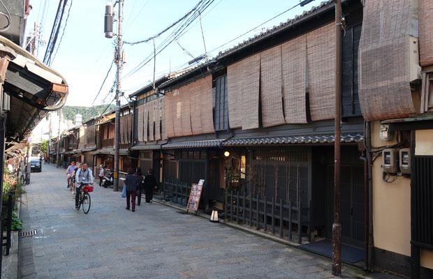 伝建地区(伝統的建造物群保存地区)の町家だが、実は比較的新しい様式で、2階建てになっている。
