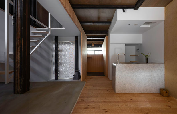 正面に見える窓の前のボリューム(でっぱり)が実は客室。(撮影:松村康平)