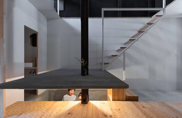 机でありイスであり、半地下の絵本コーナーの屋根でもある、踊り場。(撮影:松村康平)