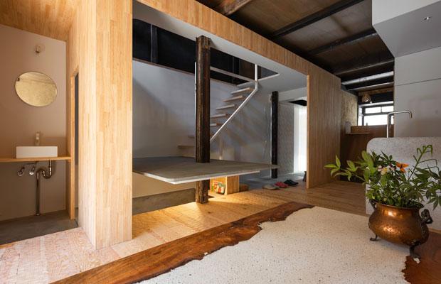 空間に大きく横たわる、木製パネルによる筒。(撮影:松村康平)