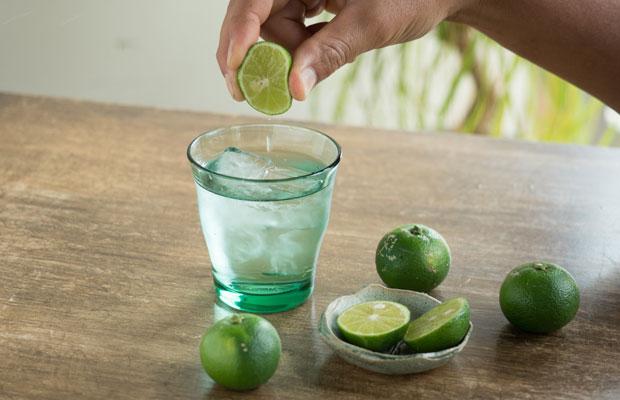 炭酸水にスダチの果汁をぎゅっと絞って入れるだけ。爽やかでおいしい。