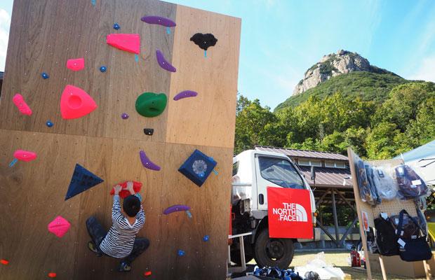 会場に設置されたボルダリングウォール。いつかあの奥にある岩を登る日が来るかも。