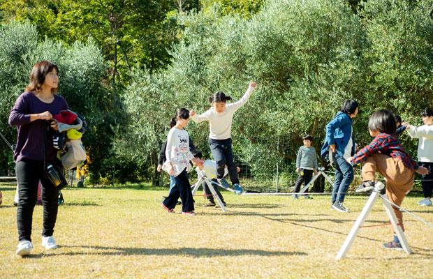 スラックラインで遊ぶ子どもたち。