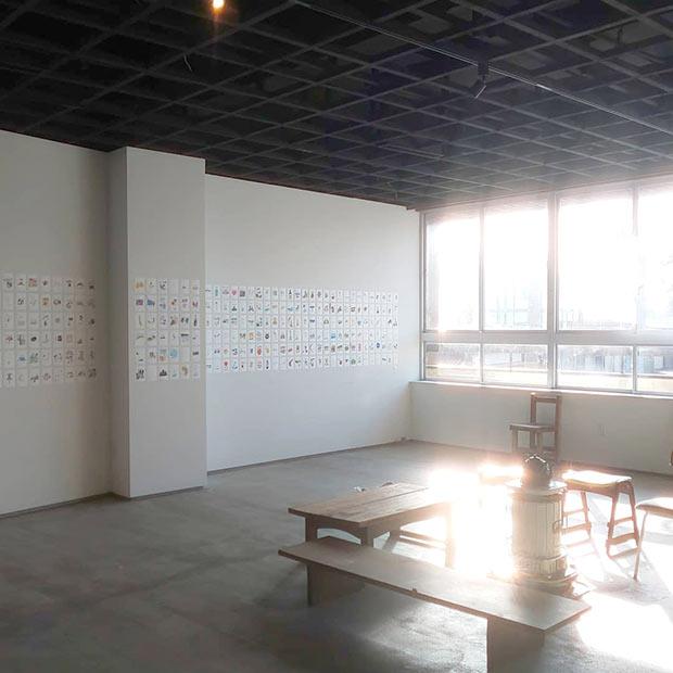 富山県氷見市の海辺にあるHOUSEHOLDで行われた展示。