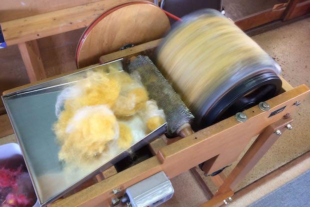 カーディングの様子。複数の色の羊毛を混ぜカーディングすると、グラデーションの糸や、新色の糸をつくることができます。どんな色ができ上がるか、染色もカーディングも一期一会で楽しい。
