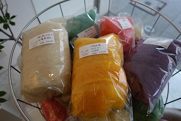 作品展で販売されていた羊毛。糸はもちろん、フェルトもつくることができます。羊毛、毛糸ともに、草木または化学染めしたもの、染色していないものを販売。