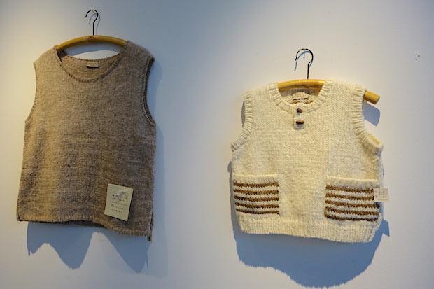 階上町のサフォーク種(白)と、北里大学のマンクス・ロフタン種(茶)の毛で編んだ子ども用ベスト(清藤京子さん作)。左は白と茶の毛を混ぜて紡いだ糸がつかわれています。