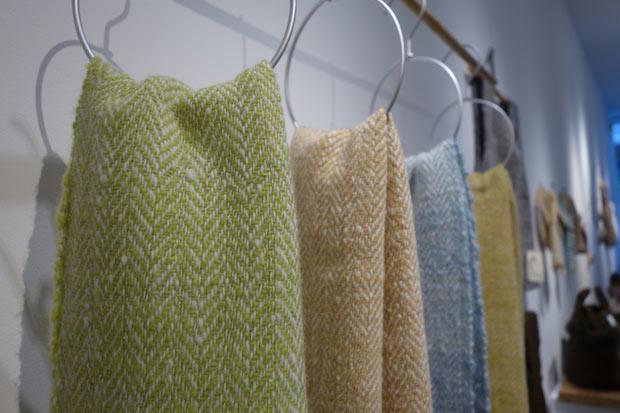 草木染めした羊毛で糸を紡いでつくったホームスパンのストール。(中川さんの作品)。自身で白い羊毛を染めるときは草木染めと決めているそう。左からマリーゴールドとインド藍、紅茶、インド藍、マリーゴールド。