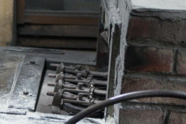 せんべい4枚分の型が横に並ぶ焼き機。この列が8列あり、型に生地を流し込んでレバーで回すと、それぞれの型に火が当たり、せんべいが焼き上がります。