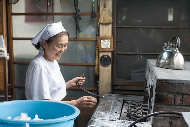 焼き機のレバーを持ちながら、つくり方を教えてくれた恵子さん。先代から引き継いだ焼き機は、つくっているところがもう無いそう。「壊れちゃったらもう終わり。」と話します。