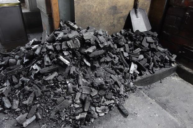 焼き始めると焼き機から離れられないので、すぐに補充できるよう多めの木炭が準備されています。