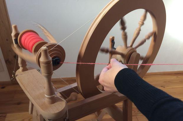 紡ぎ車での糸紡ぎの様子