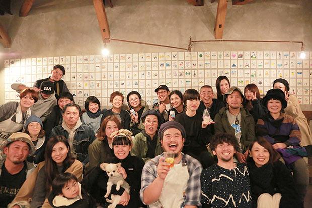 愛犬を抱いている女性が伊藤さん。愛犬の名は、トロ。カレンダーにも登場しています。