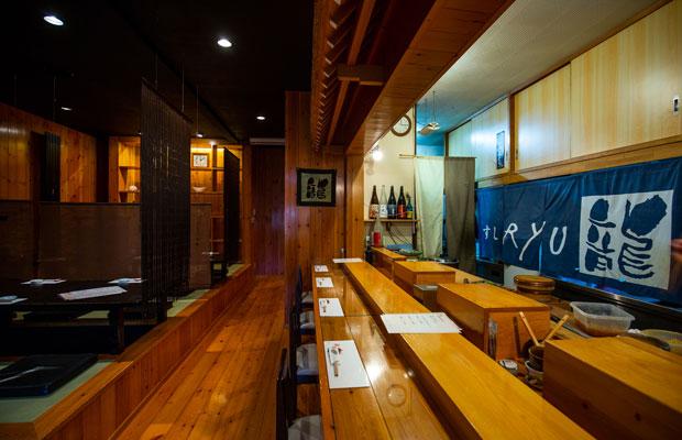 店内の様子。カウンター、小上がり、個室も完備。宴会も開ける広さだが、佐藤さんひとりで握るため、20名ほどで入店にストップをかけるとのこと。