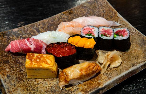 お座敷の握り一人前盛り合わせ「桜」はお味噌汁付きで3500円(税別)。