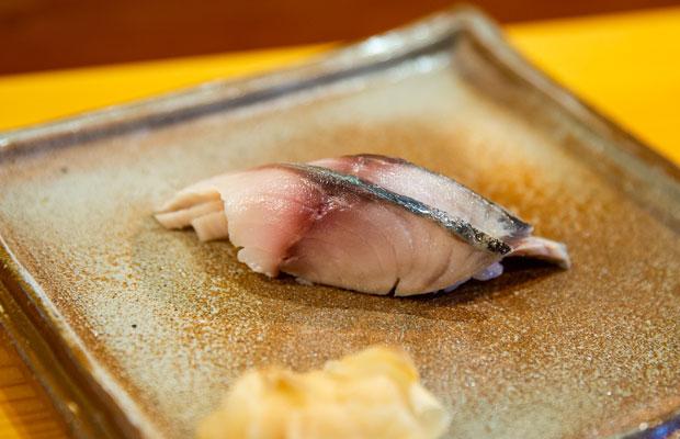 サバは塩と酢で締めて1週間寝かせて使う。3枚重ねることで食感に奥行きが生まれる。