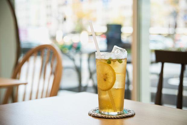 シナモン、ガルダモン、グローブ、レモンなどの風味豊かな〈クラフトコーラ〉。