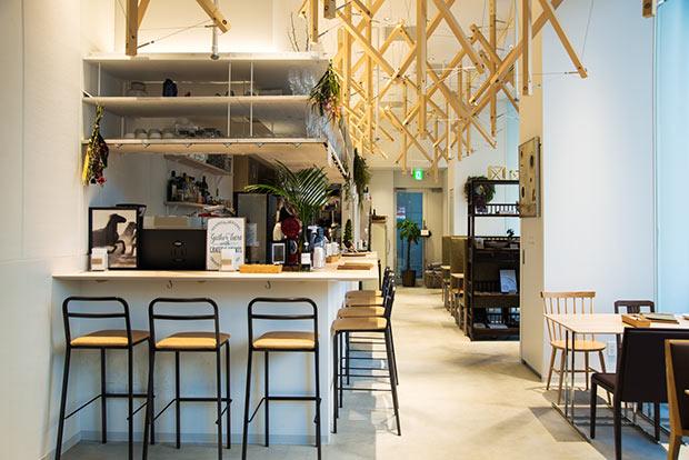 天井が高くて開放感のあるオープンカフェ〈TSUCHI〉。