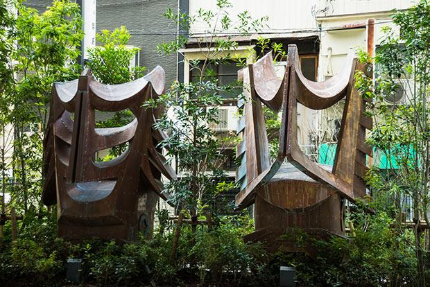 旧新歌舞伎座 鬼瓦銅板製 辻普堂左・歌舞伎十八番「嫐(うわなり)」で使用された隈取をイメージ右・歌舞伎十八番「暫(しばらく)」で使用された隈取をイメージ