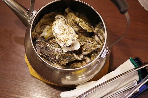 名物・広島産牡蠣の〈やかん焼き〉をはじめとする貝料理が食べられて、いつも超満員。