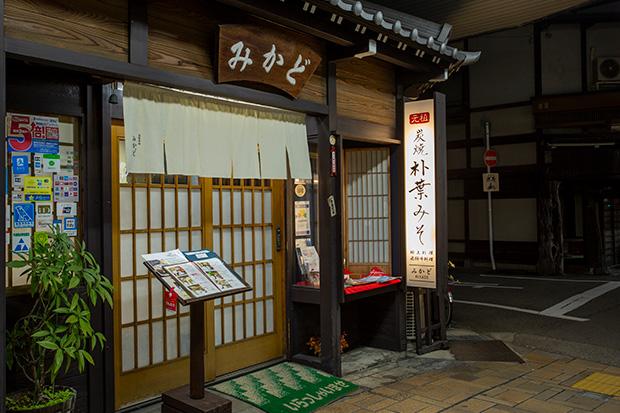 昭和の風情も残る商店街に、昔ながらの純和風な建物。でも近づいてみると英語の表記もあって、高山の昔と今が一緒に感じられます。